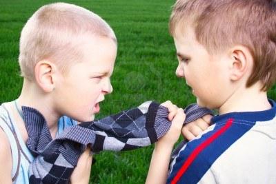 13274570-los-ninos-pelean-por-un-sueter-en-un-campo-verde