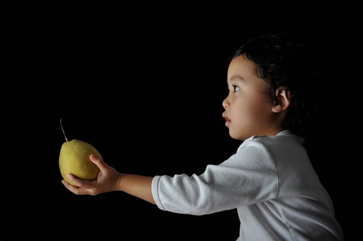 niño-compartiendo-fruta