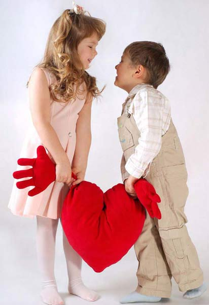 Dos-niños-que-se-quieren-sujetan-un-corazón-por-cada-mano