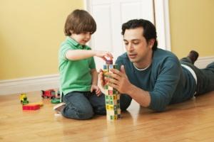papá-jugando-con-hijo
