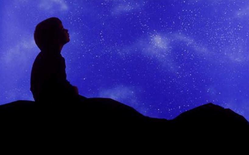 niño contemplando cielo
